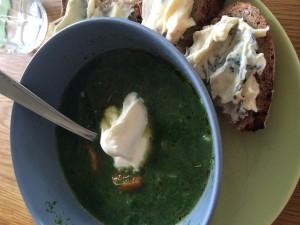 Spenatsoppa kokt på hemgjord kycklingbuljong med lite grönsaker och Kefir creme fraiche såklart!!!