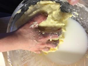 Tvätta/skölj i kallt vatten tills det blir klart (genomskinligt)