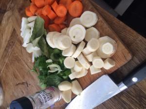 Tillsätt lite grönsaker, morot, palsternacka, lök, vitlök, selleri och glöm inte salt, lagerblad och några pepparkorn.