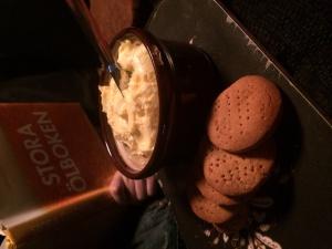 """Glutenfria """"digestive"""" kex på mandelmjöl, cocosmjöl, äggvita, smör el. cocosolja, honung och bikarbonat.  Servera med rouqfort eller hemkärnat smööör."""